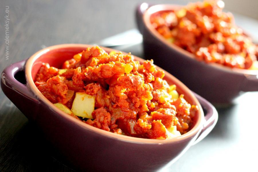 Patatas Bravas czyli ziemniaki w pikantnym sosie pomidorowym z chorizo