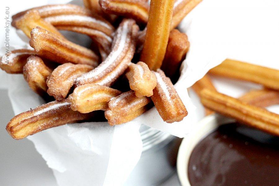 Cynamonowe churros z cukrem pudrem i sosem czekoladowym