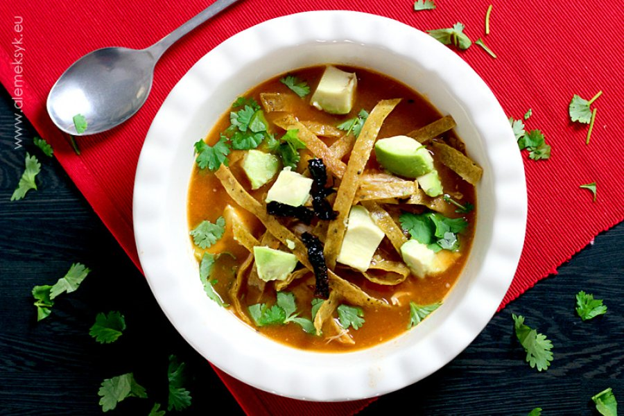 Sopa de tortilla czyli zupa z tortillą i szarpanym kurczakiem