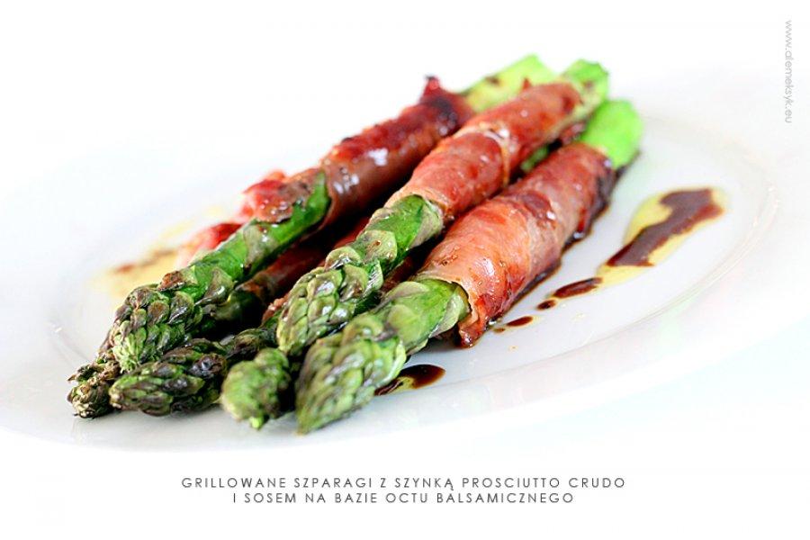 Szparagi grillowane z szynką prosciutto crudo i sosem balsamicznym