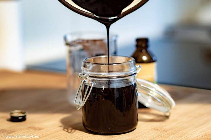 Przepis na prosty sos czekoladowy do deserów - idealna polewa do lodów i ciastek w 10 minut