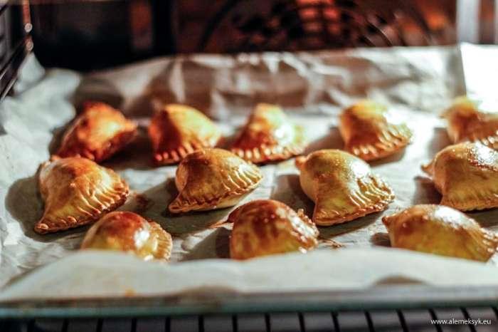 Ciasto do pieczonych pierożków - jak przygotować idealne?