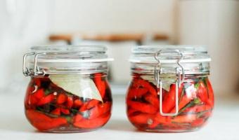 Marynowane papryczki chili w zalewie octowej