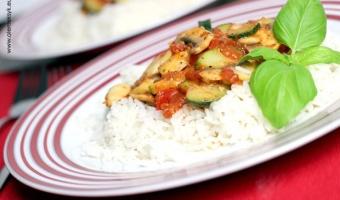 Ryż z cukinią i pieczarkami w sosie pomidorowym