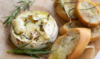 Camembert z czosnkiem i rozmarynem zapiekany w piekarniku - francuska klasyka na wypasie