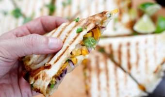 Jesienna quesadilla wegetariańska z flambirowaną żubrówką dynią i oscypkiem