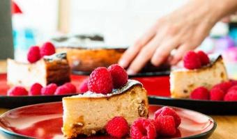 Sernik bardzo puszysty na migdałowym spodzie - przepis na super ciasto