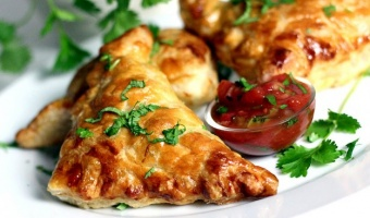 Empanadas z ciasta francuskiego z kurczakiem