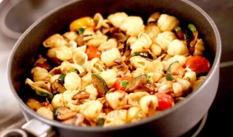 Makaron muszelki z pieczarkami i cukinią w miodowym sosie Jack Daniel's Honey - pomysł na wegetariańskie danie z patelni