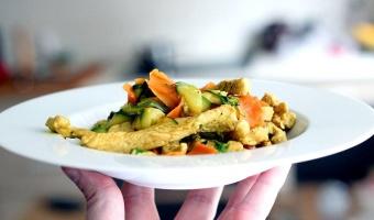 Kurczak w curry z cukinią i marchewką w mleczku kokosowym