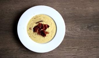 Zupa krem z białych szparagów i chipsy z boczku