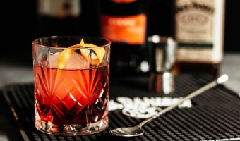 Boulevardier na bazie Martini Fiero i Jack Daniel's Rye - klasyka przełamana pomarańczą i żytem