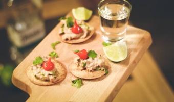 Mini tostadas z tuńczykiem smoked chipotle i kolendrą