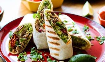 Burrito z szarpaną łopatką wieprzową - soczyste mięso i obłędne dodatki zawinięte w tortillę