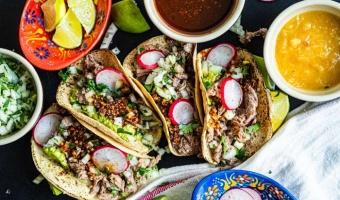 Tacos z siekaną łopatką wołową i pikantną salsą macha - kwintesencja Meksyku w jednym daniu