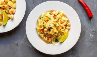 Makaron pappardelle z pikantnymi krewetkami w białym winie - włoskie da się lubić