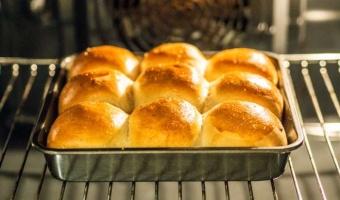 Puszyste bułki maślano-drożdżowe - prosty przepis na wypasione śniadanie