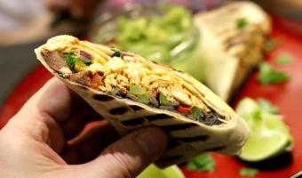 Burrito z szarpanym kurczakiem i pastą fasolową