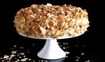 Meksykańskie ciasto tres leches z prażonymi migdałami