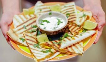 Quesadilla z meksykańską chorizo i mieszanką dwóch serów