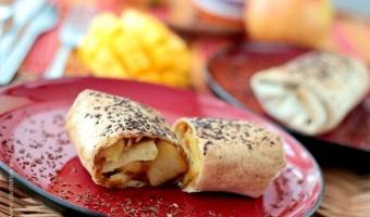 Jabłko i mango w tortilli z czekoladową posypką