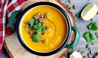 Zupa krem z pieczonej dyni z mleczkiem kokosowym, curry i imbirem
