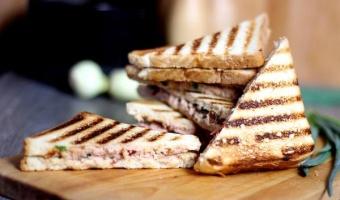 Sandwich z pastą z tuńczyka i wędzonych papryczek chipotle