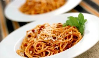 Makaron spaghetti z czerwonym pesto
