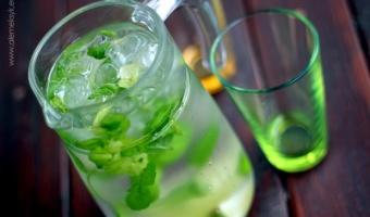 Orzeźwiająca woda z miętą i limonką na letnie upały