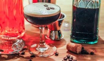 Drink espresso martini - klasyka przełamana żurawinową nutą