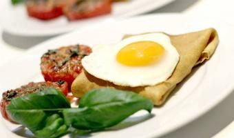 Zapiekane naleśniki z serem, szynką, pieczonymi pomidorami i jajkiem sadzonym