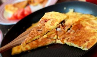 Omlet z kurkami i szynką na maśle