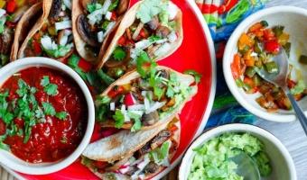Chrupiące mini tacos z warzywami i pieczarkami