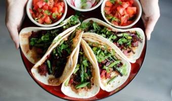 Obłędne tacos z chorizo, młodym burakiem i szparagami