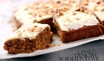 Jesienne ciasto z dyni w polewie z białej czekolady