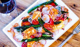 Wiosenna sałatka ze szparagami i smażonym serem halloumi - przepis sezonowe szaleństwo smaku