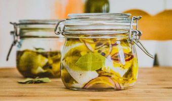 Śledzie z cebulą w oleju rzepakowym - polskie dobro narodowe