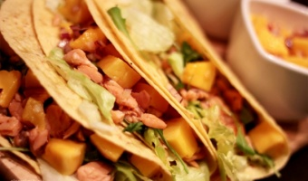 Tacos z łososiem i mango