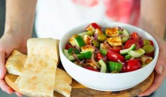 Cypryjska sałatka z serem halloumi - lekko, smacznie i zdrowo