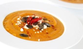 Zupa krem z pieczonej dyni z serem feta i prażonymi pestkami dyni