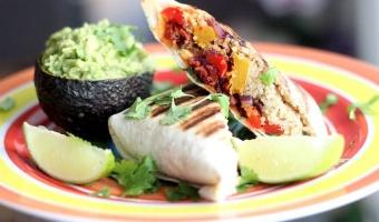 Burrito z quinoa, smażoną chorizo i pieczoną dynią