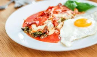 Zapiekane zielone szparagi w sosie pomidorowym pod mozzarellą i boczkiem - pomysł na pyszny i szybki wiosenny obiad
