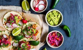 Tacos z szarpanym indykiem i czerwoną cebulą marynowaną w grapefruicie i habanero