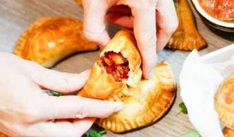 Meksykańskie pierożki empanadas z szarpanym kurczakiem - przepis na udaną przekąskę z pieca