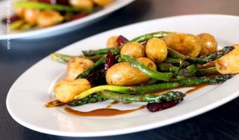 Grillowane szparagi z kiełbasą chorizo i młodymi ziemniaczkami - wiosenny obiad idealny