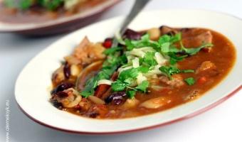 Pikantna zupa z dwoma rodzajami fasoli i kiełbasą