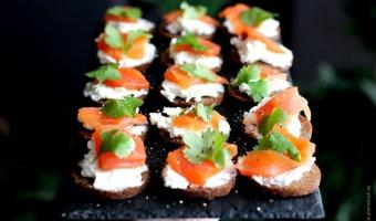 Mini kanapki z łososiem, serkiem twarożkowym na chlebku pumpernikiel