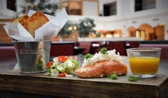 Filet z łososia z cukiniowym papardelle i chipsami z ziemniaka - jak przygotować dobrą rybę
