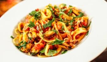Spaghetti z owocami morza w sosie pomidorowym z wędzoną papryką