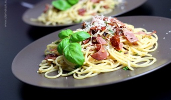 Spaghetti z szynką parmeńską i suszonymi pomidorami
